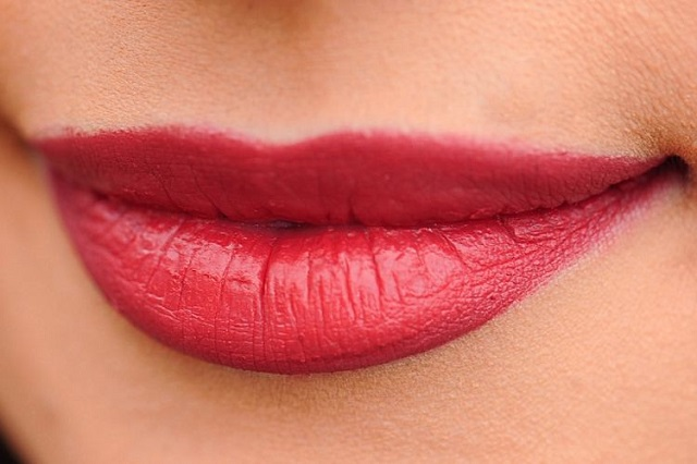 4 cara mudah elak bibir merekah, menggelupas